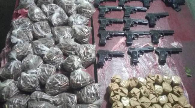 القوات المشتركة تضبط زورقا يحمل كمية من المسدسات والذخائر